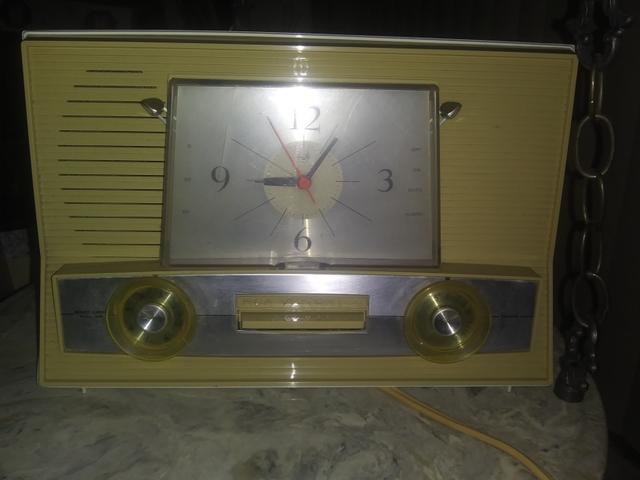 Vintage RCA Victor clock radio model 3 Rd 6 7